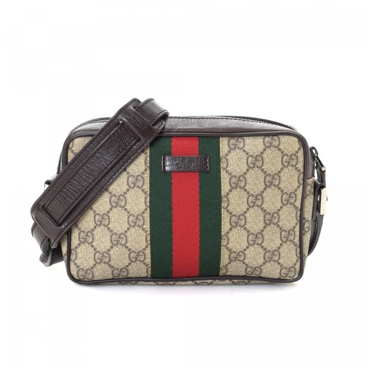cb1ca213aea The authenticity of this vintage Gucci Crossbody Bag messenger   crossbody  bag is guaranteed by LXRandCo. Crafted in gg supreme coated canvas