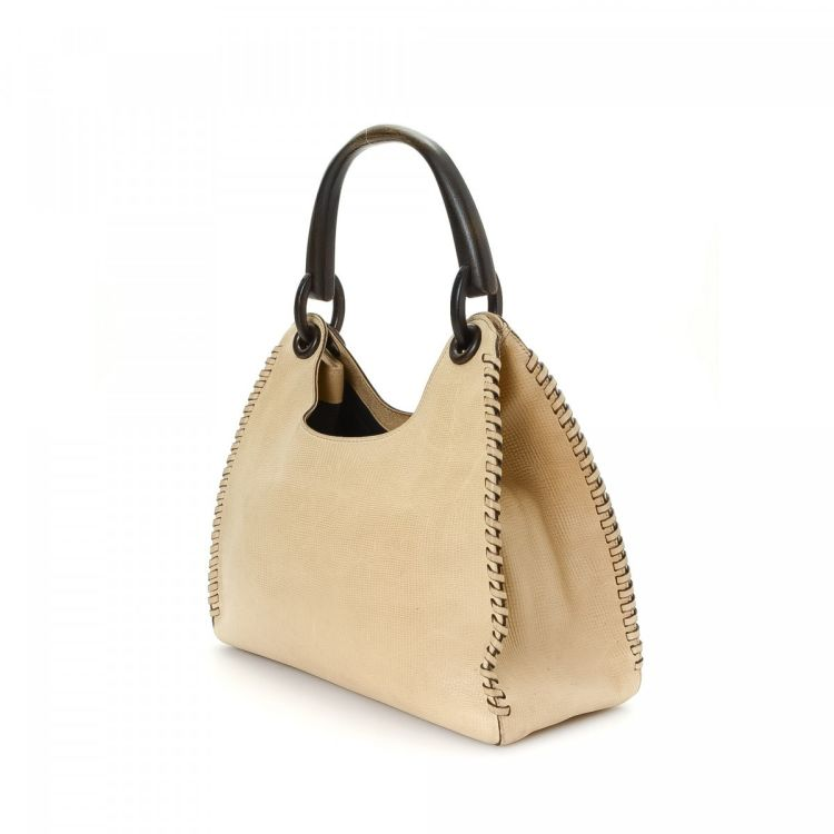 7124c4f42f7a The authenticity of this vintage Gucci Hobo Bag shoulder bag is guaranteed  by LXRandCo. This elegant pocketbook comes in beautiful beige raffia.