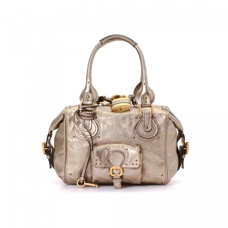 12197df5a1 LXRandCo guarantees the authenticity of this vintage Chloé Paddington  handbag. This luxurious pocketbook was crafted in leather in gold tone.