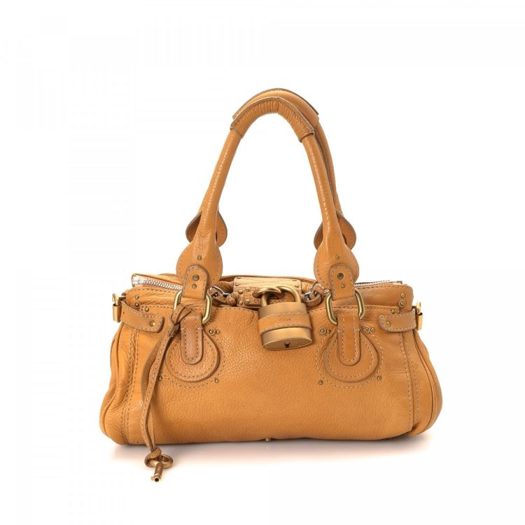 eb44e26d0e The authenticity of this vintage Chloé Paddington handbag is guaranteed by  LXRandCo. This exquisite pocketbook was crafted in leather in beautiful  camel.