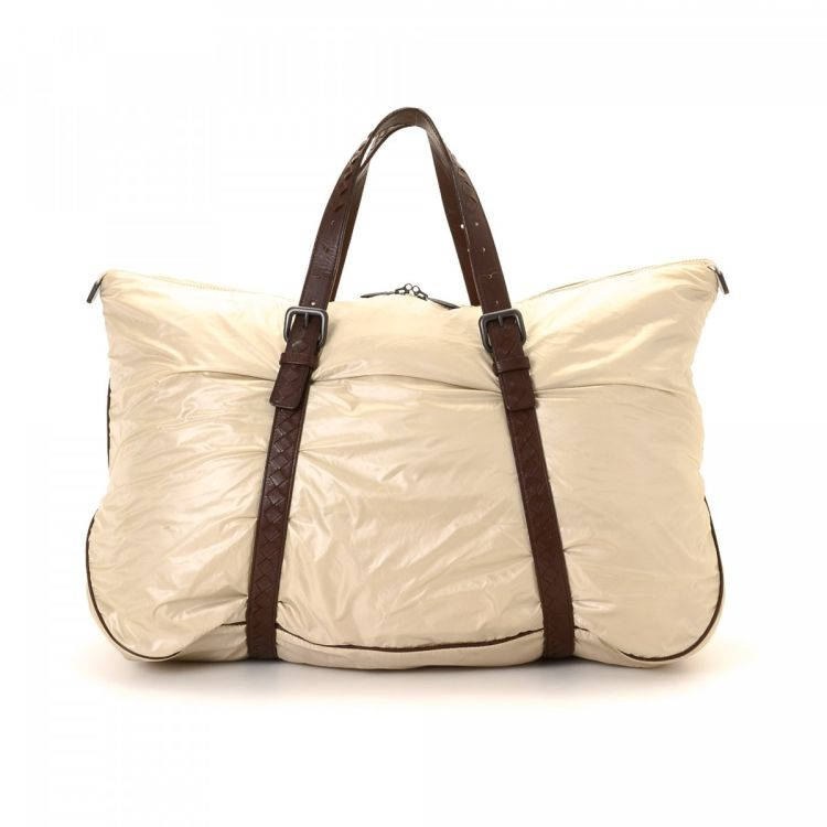 64aaa96670ea LXRandCo guarantees this is an authentic vintage Bottega Veneta Intrecciato  Strap shoulder bag. This exquisite purse in beautiful cream is made of nylon .