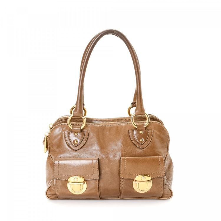 38ee6e9b0b8 LXRandCo guarantees this is an authentic vintage Marc Jacobs Blake shoulder  bag. This exquisite shoulder bag was crafted in leather in beautiful beige.