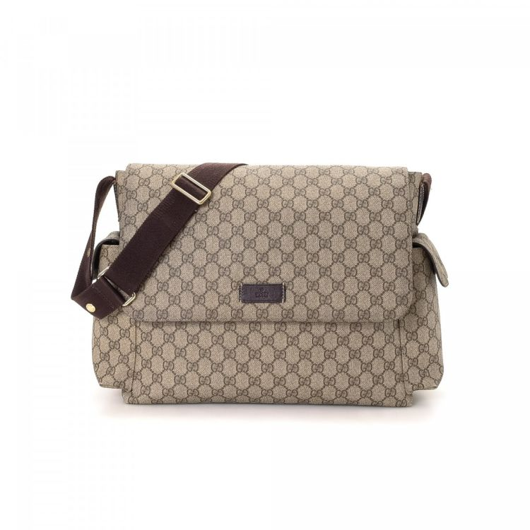 9d0335bbf01f LXRandCo guarantees the authenticity of this vintage Gucci Crossbody Bag  messenger & crossbody bag. This lovely pocketbook in beige is made in gg  supreme ...