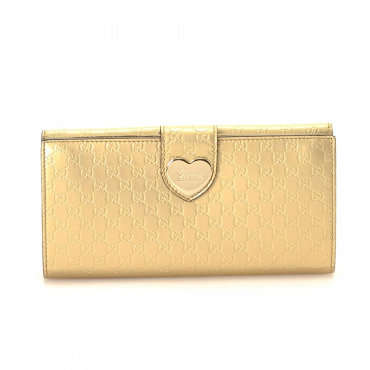 815de42aa101 LXRandCo guarantees the authenticity of this vintage Gucci Microguccissima  Heart Continental wallet. This signature bifold in gold is made in ...