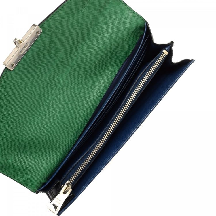 6287df90eca6 LXRandCo guarantees this is an authentic vintage Prada Bicolor wallet.  Crafted in saffiano leather