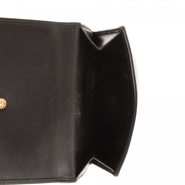 19747a10ebf882 LXRandCo guarantees this is an authentic vintage Gucci Jackie Compact wallet.  Crafted in leather, this practical wallet comes in beautiful black.