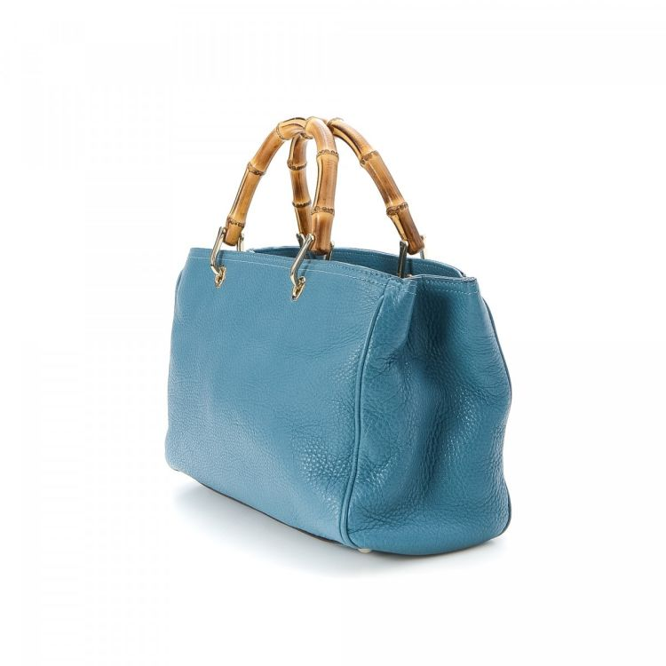 4651f23a201 The authenticity of this vintage Gucci Shopper tote is guaranteed by  LXRandCo. This lovely large handbag was crafted in bamboo leather in blue.