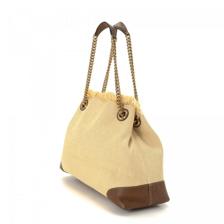 37fe82866e4627 LXRandCo guarantees the authenticity of this vintage Gucci Soho Chain tote.  This sophisticated work bag in beautiful beige is made of straw.
