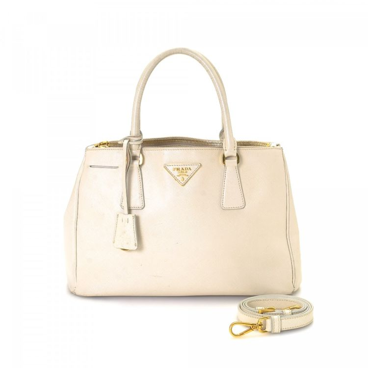 e0bc2c8e0b52 The authenticity of this vintage Prada Two Way Bag handbag is guaranteed by  LXRandCo. This iconic purse in light pink is made in saffiano leather.