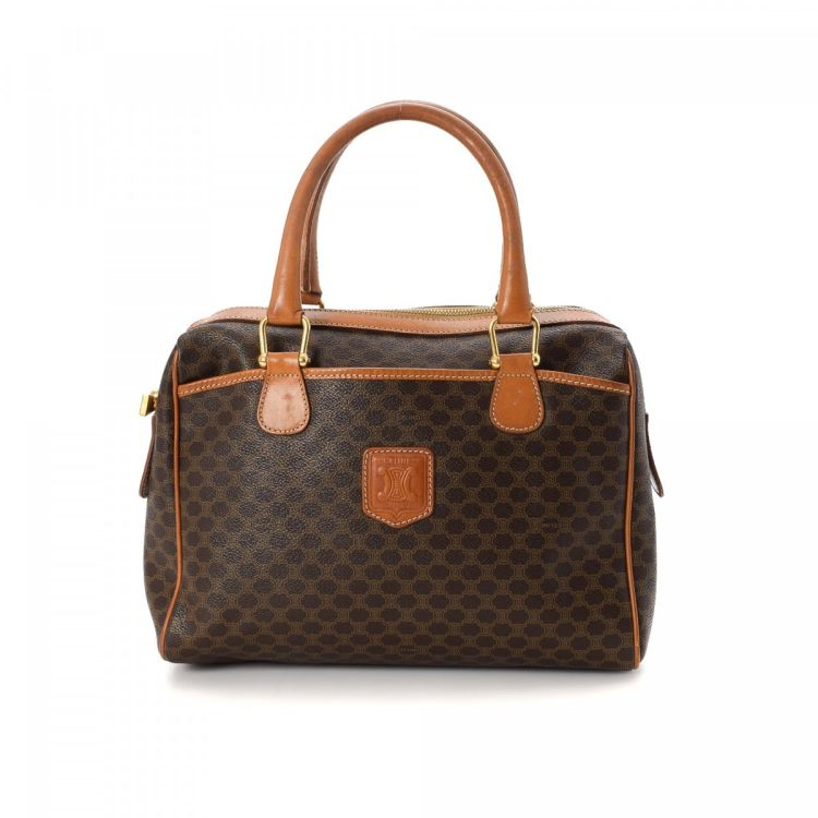 5d02cf920f1d ... guarantees the authenticity of this vintage Céline Macadam Boston Bag  travel bag. This signature satchel in beautiful brown is made of coated  canvas.
