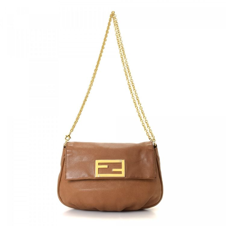 b1459fd6da The authenticity of this vintage Fendi Chain shoulder bag is guaranteed by  LXRandCo. This elegant pocketbook in camel is made of leather.