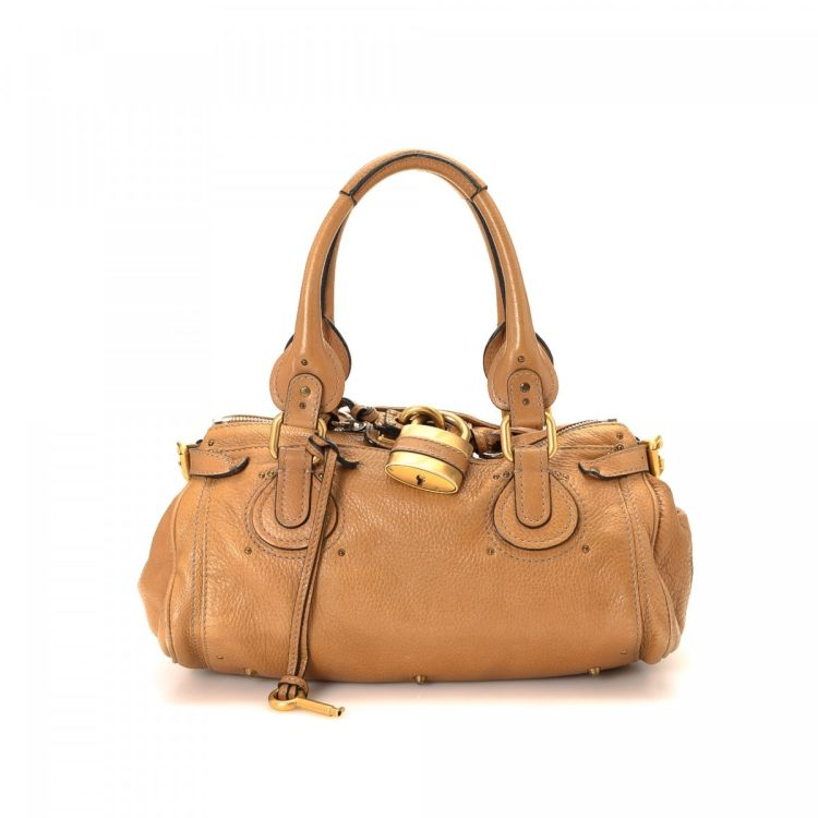 3f09285b4155 The authenticity of this vintage Chloé Paddington handbag is guaranteed by  LXRandCo. This practical handbag in brown is made of leather.