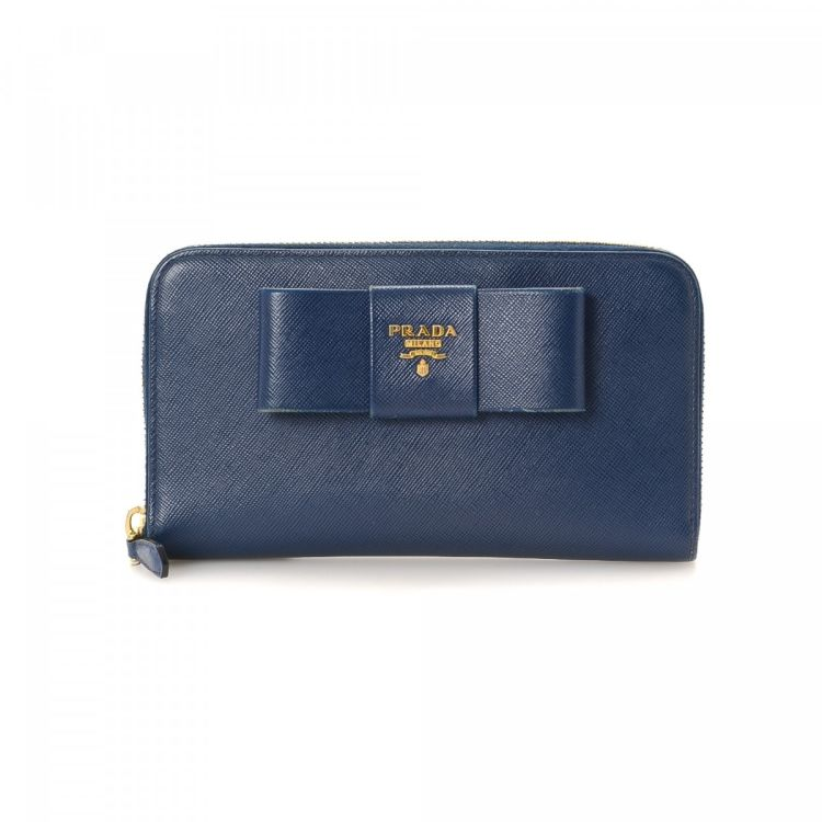 881dde84184e LXRandCo guarantees the authenticity of this vintage Prada Zip Around wallet.  This classic coin purse in beautiful navy is made in saffiano leather.