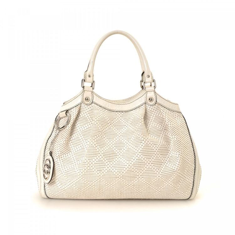 5d932765dd57 LXRandCo guarantees this is an authentic vintage Gucci Sukey Bag tote. This  luxurious tote bag in beautiful white is made in interlocking gg raffia.
