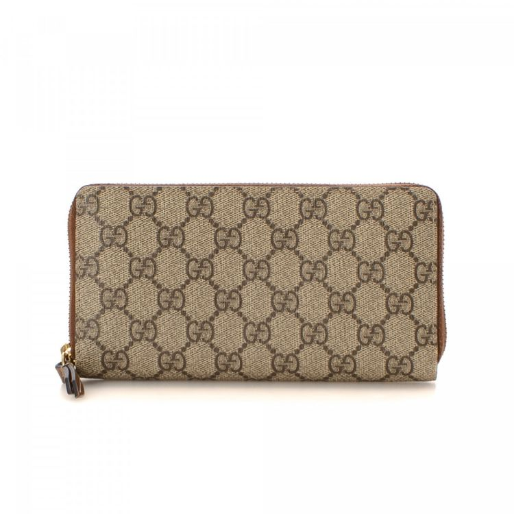 b421643fac2 LXRandCo guarantees this is an authentic vintage Gucci wallet. This  sophisticated coin purse in beautiful beige is made in gg supreme coated  canvas.