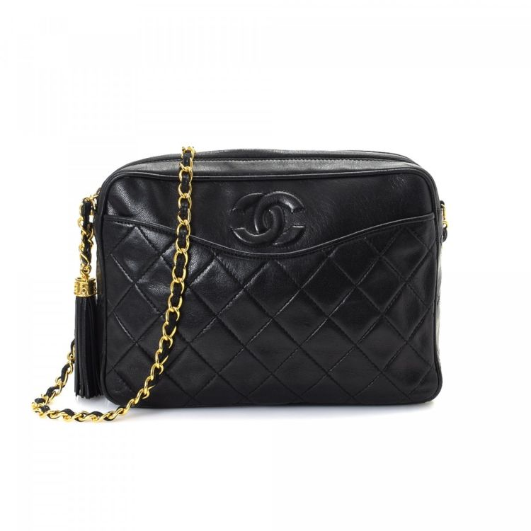 3682fb6f6282 The authenticity of this vintage Chanel Chain Crossbody Bag messenger    crossbody bag is guaranteed by LXRandCo. This elegant saddle bag comes in  beautiful ...
