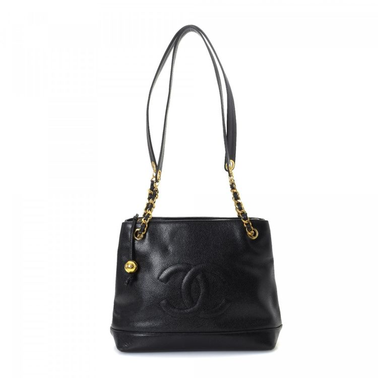 cbb261033ebf20 The authenticity of this vintage Chanel Chain shoulder bag is guaranteed by  LXRandCo. Crafted in caviar calf, this sophisticated pocketbook comes in  black.