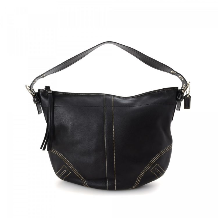 7851b12458e The authenticity of this vintage Coach shoulder bag is guaranteed by  LXRandCo. This exquisite purse comes in beautiful black leather. Very good  condition  ...