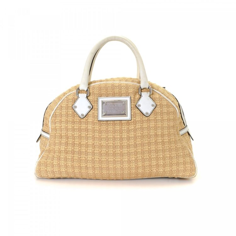 e9323f24fcdc LXRandCo guarantees the authenticity of this vintage Dolce & Gabbana handbag.  This sophisticated pocketbook comes in beautiful beige raffia.