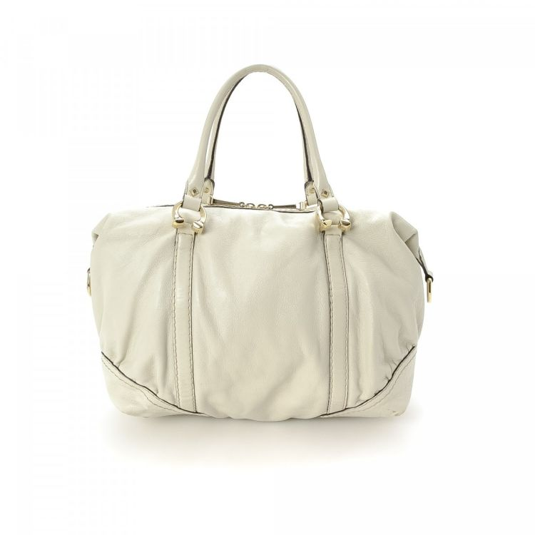 9272e625e683 LXRandCo guarantees the authenticity of this vintage Gucci Boston Bag  travel bag. This sophisticated boston bag was crafted in leather in  beautiful white.