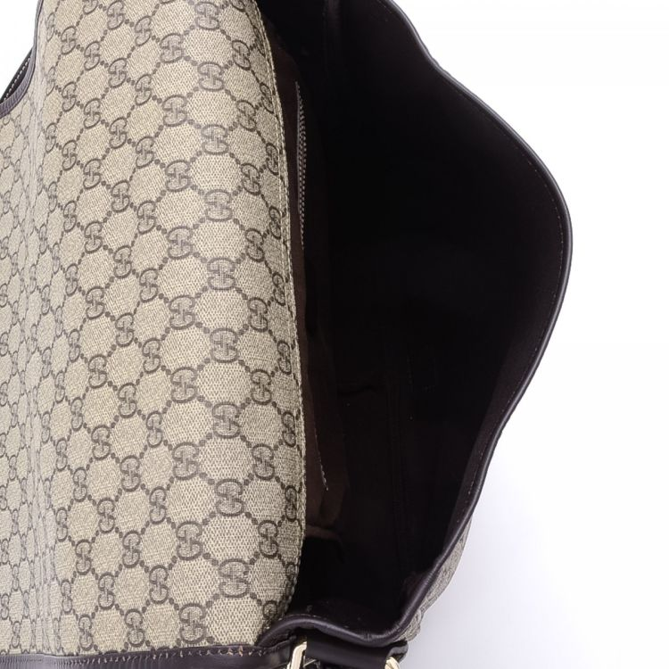 4e58c5a0c0e LXRandCo guarantees the authenticity of this vintage Gucci Classic Web  Crossbody Bag messenger   crossbody bag. This beautiful pocketbook was  crafted in gg ...