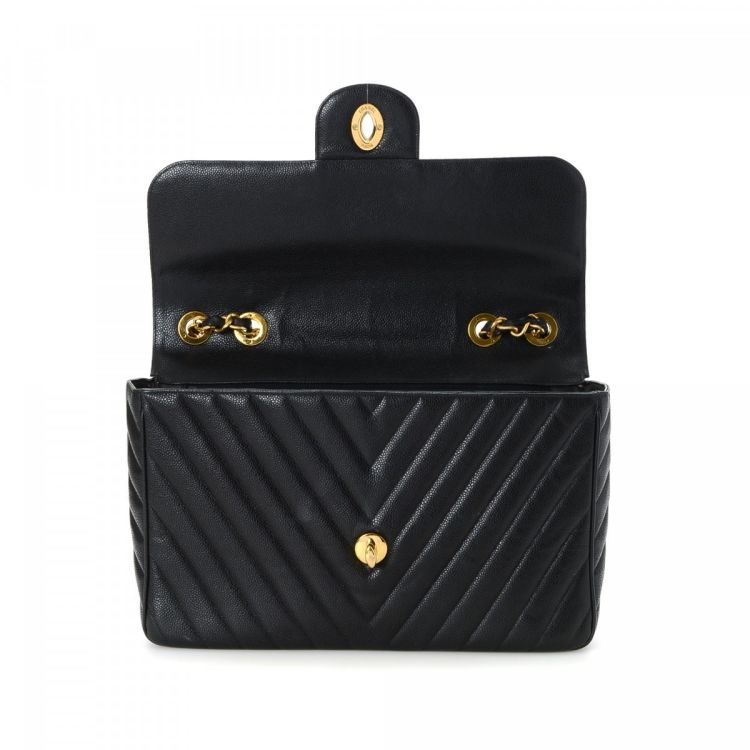 159b1dacbb0d LXRandCo guarantees this is an authentic vintage Chanel Chevron Maxi Flap  shoulder bag. Crafted in lambskin, this stylish purse comes in black.