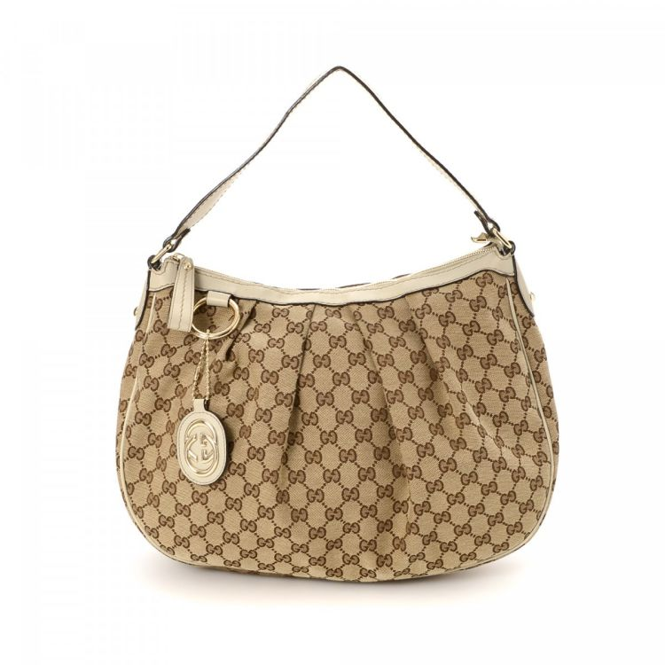 a8136053e914 The authenticity of this vintage Gucci Sukey Hobo shoulder bag is guaranteed  by LXRandCo. Crafted in gg canvas, this luxurious purse comes in beige.