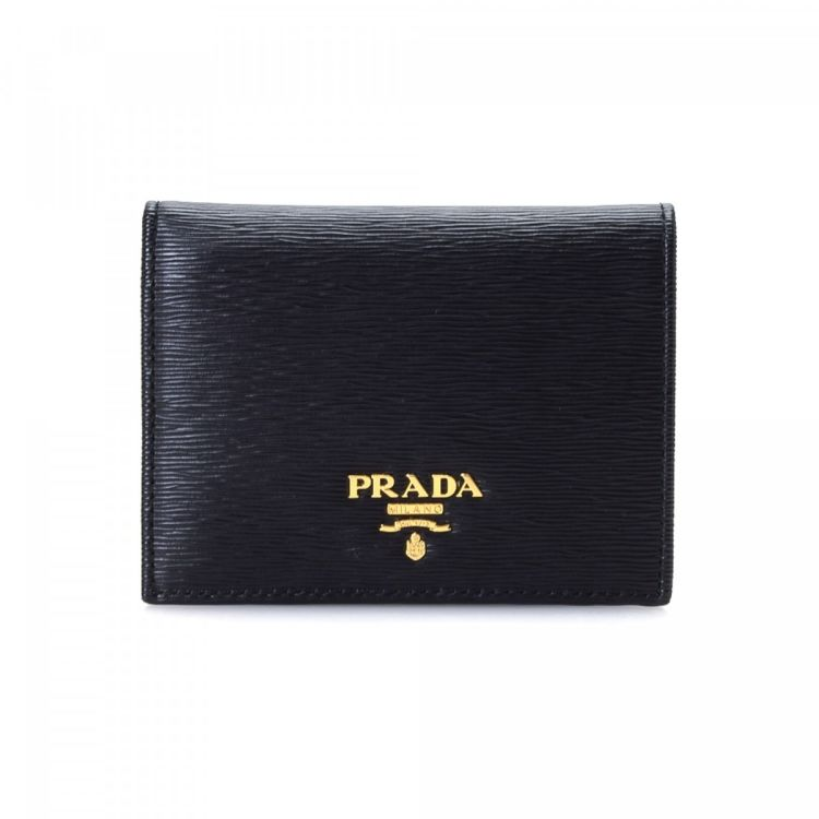 cd945c9e1380 The authenticity of this vintage Prada Billfold wallet is guaranteed by  LXRandCo. This signature billfold was crafted in saffiano leather in black.