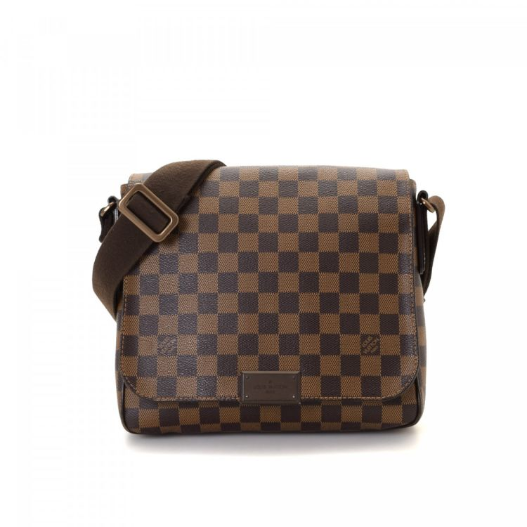 b402137fc7b8 ... of this vintage Louis Vuitton District PM messenger   crossbody bag.  This practical pocketbook in brown is made in damier ebene coated canvas.
