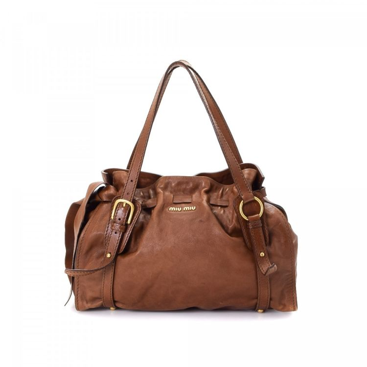 bccb4462d4db19 The authenticity of this vintage Miu Miu Bow shoulder bag is guaranteed by  LXRandCo. This chic pocketbook was crafted in leather in beautiful brown.