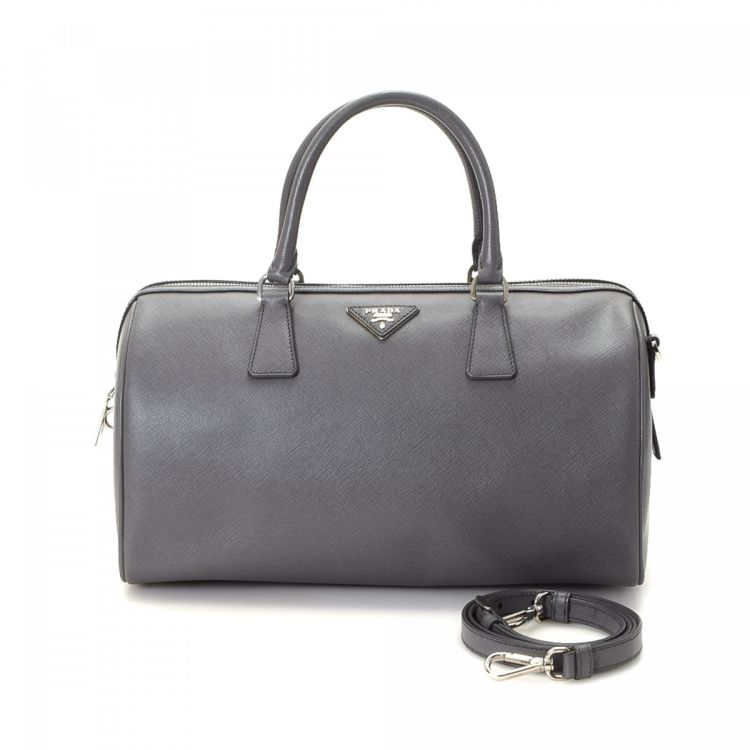6fbb76eacaa19d The authenticity of this vintage Prada Boston Bag handbag is guaranteed by  LXRandCo. This sophisticated bag was crafted in saffiano leather in grey.