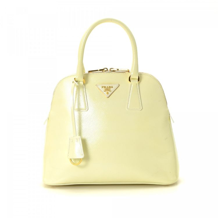 0ef67d193f46 The authenticity of this vintage Prada handbag is guaranteed by LXRandCo.  Crafted in saffiano leather