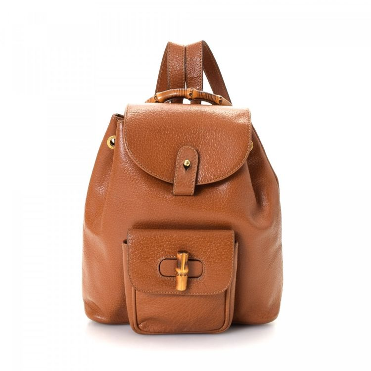 d988abe51e9 LXRandCo guarantees this is an authentic vintage Gucci Bamboo backpack.  This sophisticated backpack was crafted in leather in tan. Due to the  vintage nature ...