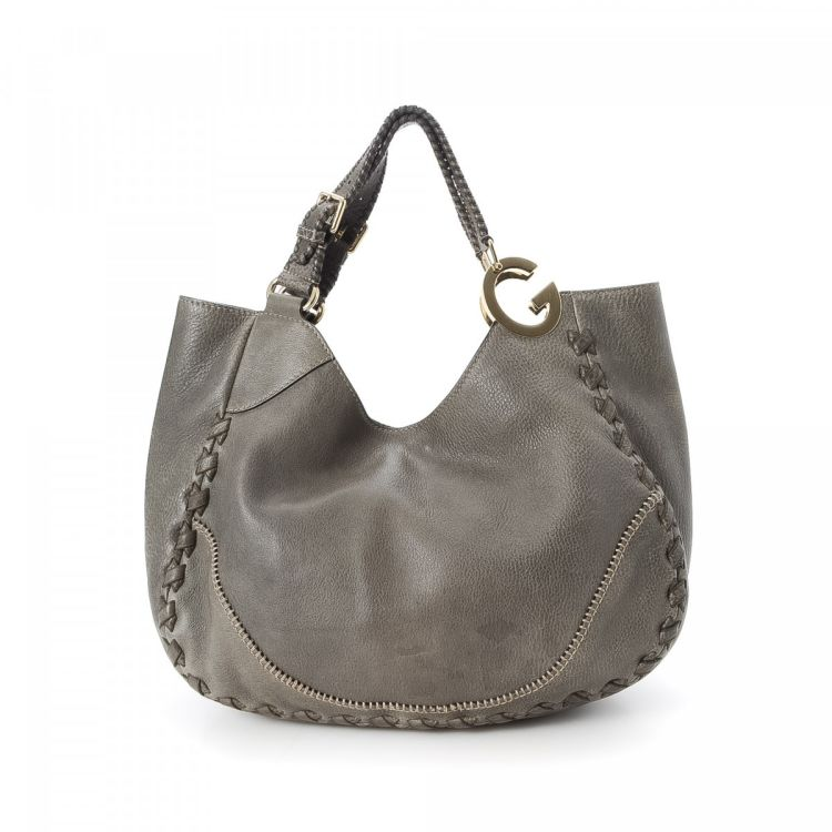 d185daa9d12 LXRandCo guarantees the authenticity of this vintage Gucci Charlotte Hobo  Bag shoulder bag. Crafted in leather