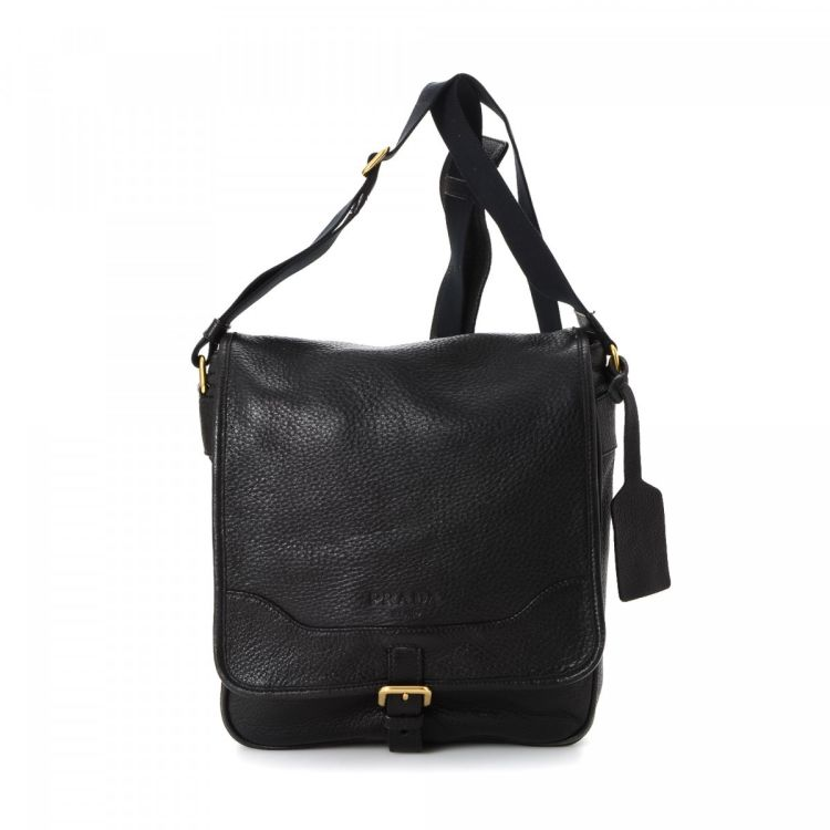 96d4335dd52b This refined messenger & crossbody bag in black is made in vitello daino  leather.