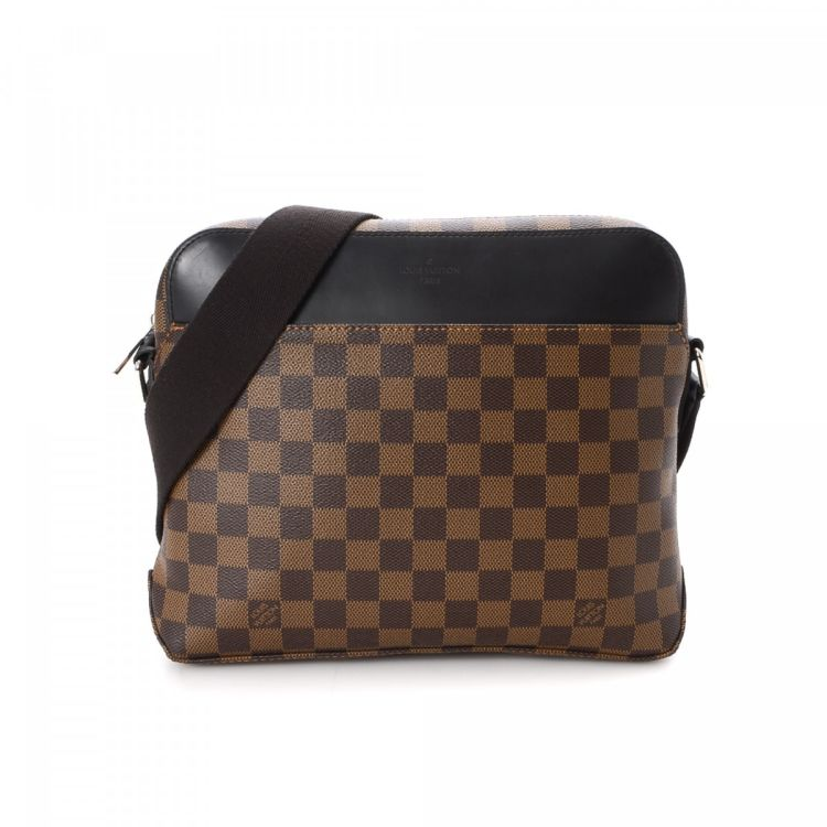 a133147be4f4 The authenticity of this vintage Louis Vuitton Jake Messenger messenger   crossbody  bag is guaranteed by LXRandCo. Crafted in damier ebene coated canvas