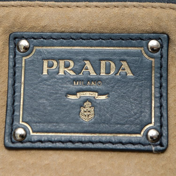 The authenticity of this vintage Prada Chain shoulder bag is guaranteed by  LXRandCo. This iconic bag in blue is made in vitello daino leather. 3ad26c2f86fd2