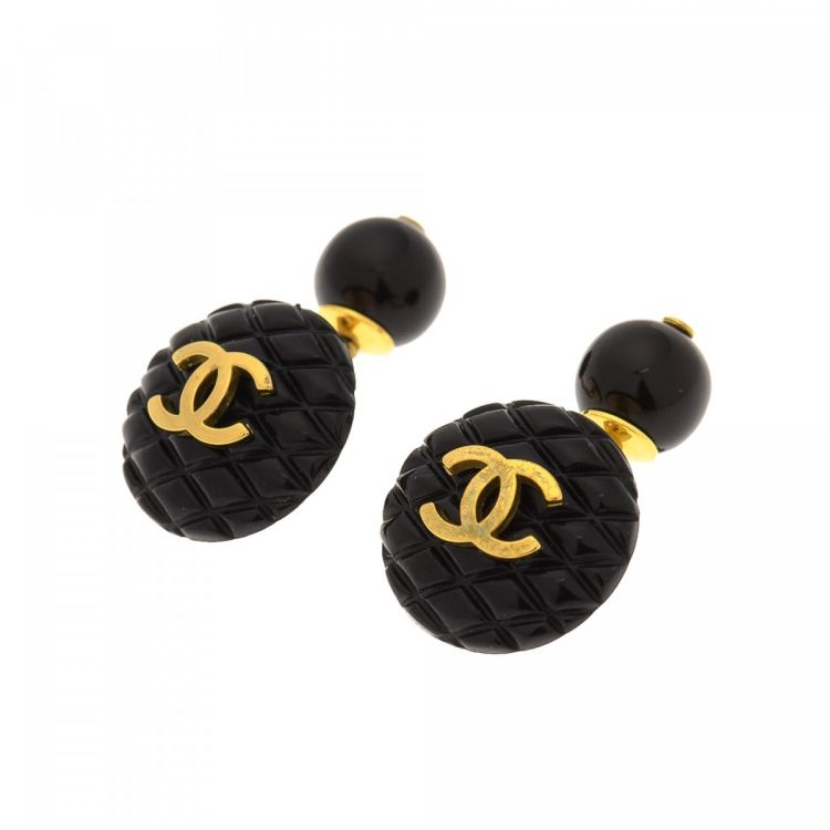 6b8a59c76c51e The authenticity of this vintage Chanel CC Logo Matelasse s cufflink is  guaranteed by LXRandCo. This chic cufflink comes in gold tone metal and  resin.