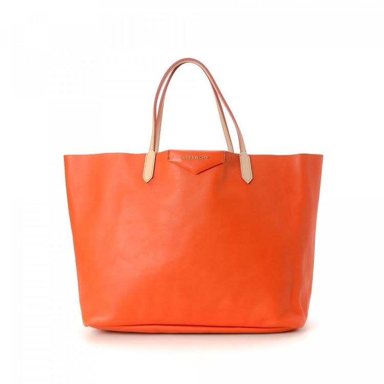 52d6a759b003 The authenticity of this vintage Givenchy Antigona tote is guaranteed by  LXRandCo. This iconic large handbag was crafted in calf in beautiful orage.