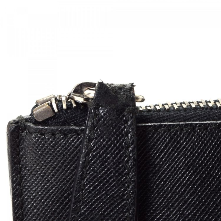 140501bd94b1 ... usa lxrandco guarantees the authenticity of this vintage prada clutch.  crafted in saffiano leather this ...
