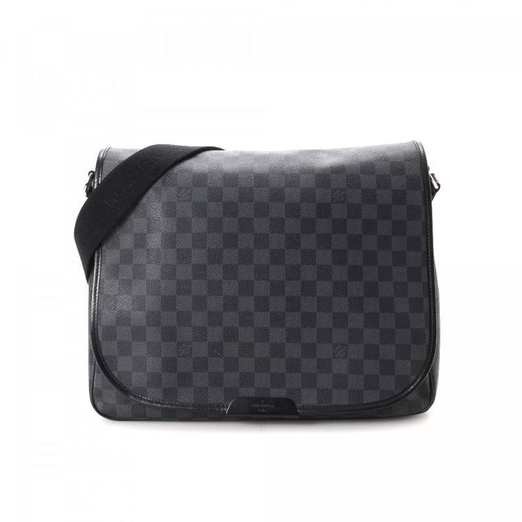 20d21e0bd423 LXRandCo guarantees this is an authentic vintage Louis Vuitton Daniel GM  messenger   crossbody bag. This sophisticated pocketbook in black is made  in damier ...