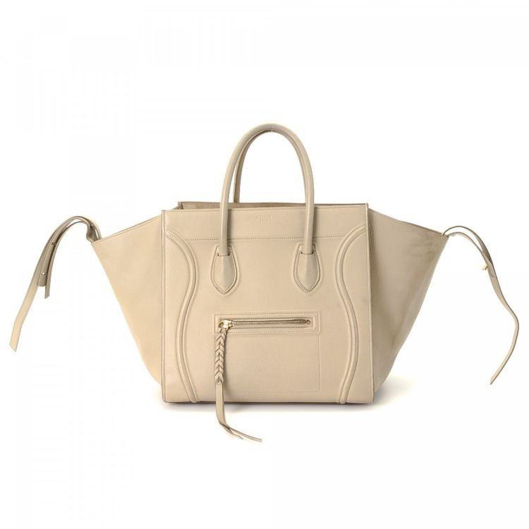 9cd7ee5810 The authenticity of this vintage Céline Phantom MM handbag is guaranteed by  LXRandCo. This stylish purse was crafted in leather in beautiful cream.