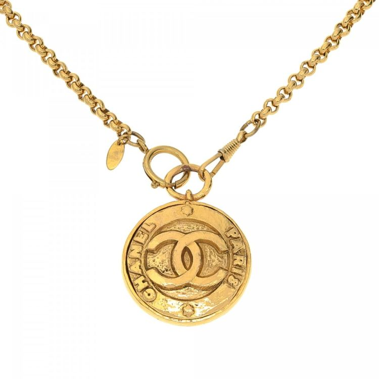df5ff938d376d8 The authenticity of this vintage Chanel CC Logo Mirror Pendant 91cm necklace  is guaranteed by LXRandCo. Crafted in gold plated metal, this signature  pendant ...