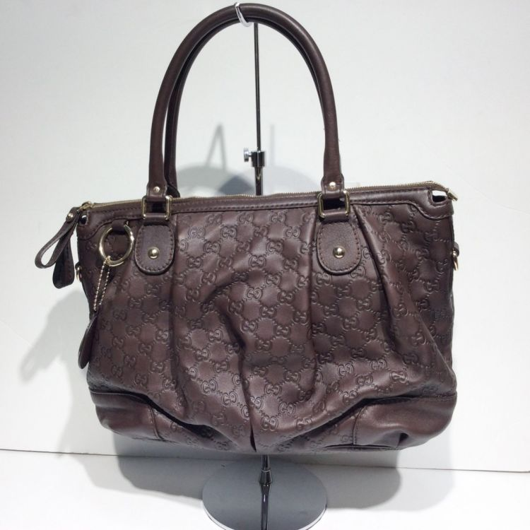 24a7a416b11f46 The authenticity of this vintage Gucci Sukey Medium tote is guaranteed by  LXRandCo. This refined tote was crafted in guccissima leather in brown.