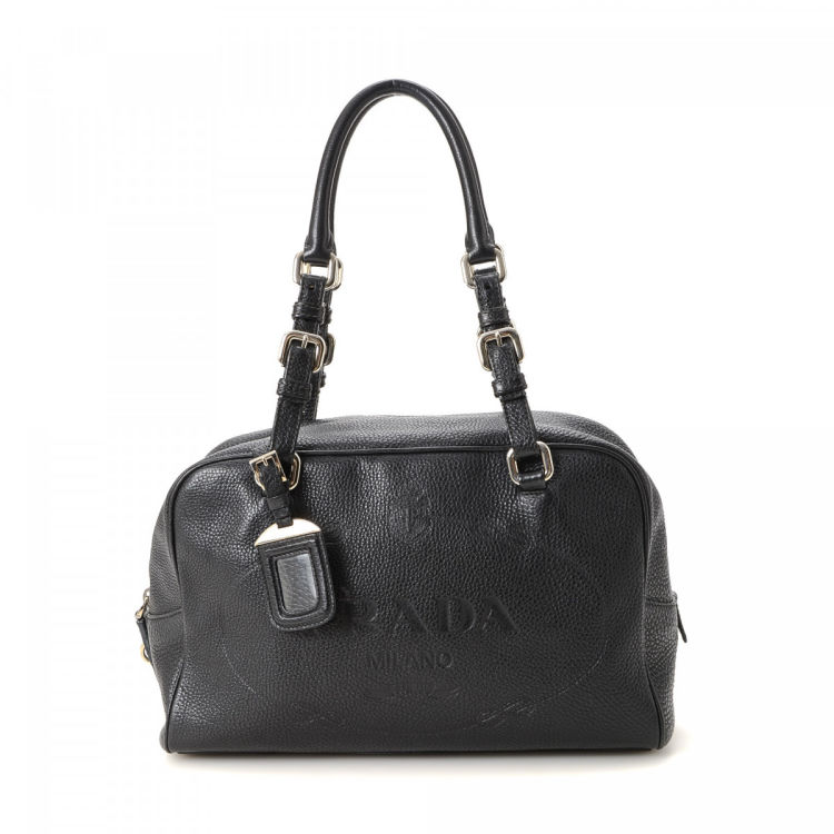 a0ea38b583dc LXRandCo guarantees this is an authentic vintage Prada handbag. This lovely  handbag in black is made in vitello daino calf. Very good condition  (A)