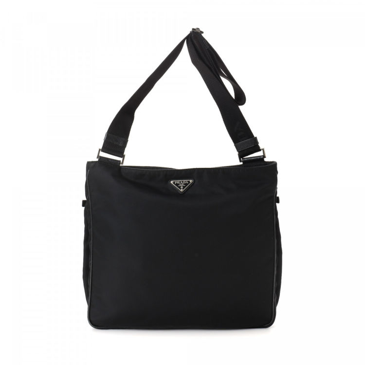 e920f88616a685 The authenticity of this vintage Prada shoulder bag is guaranteed by  LXRandCo. This stylish pocketbook in black is made in tessuto nylon.