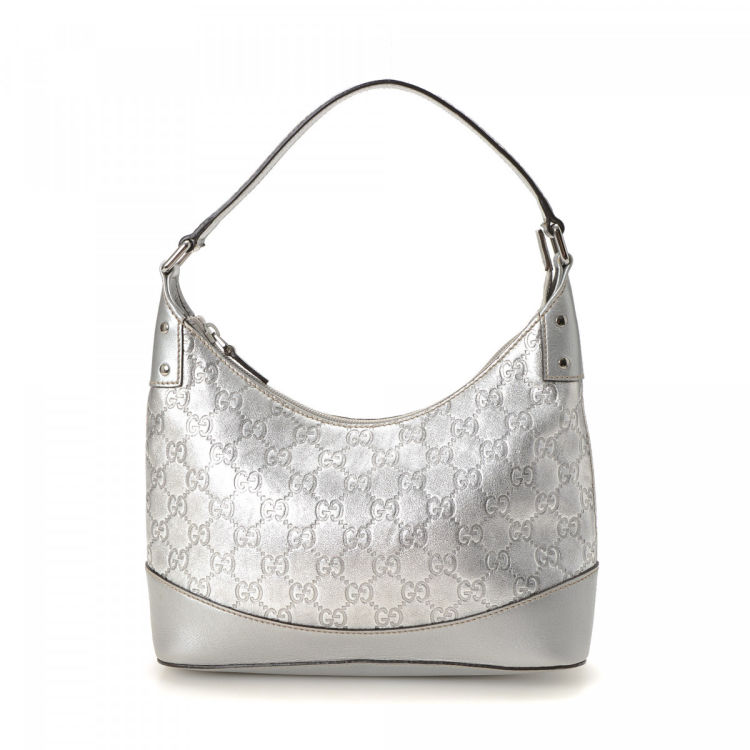 17cd723e4eaab3 LXRandCo guarantees the authenticity of this vintage Gucci handbag. This  stylish handbag was crafted in guccissima leather in silver.