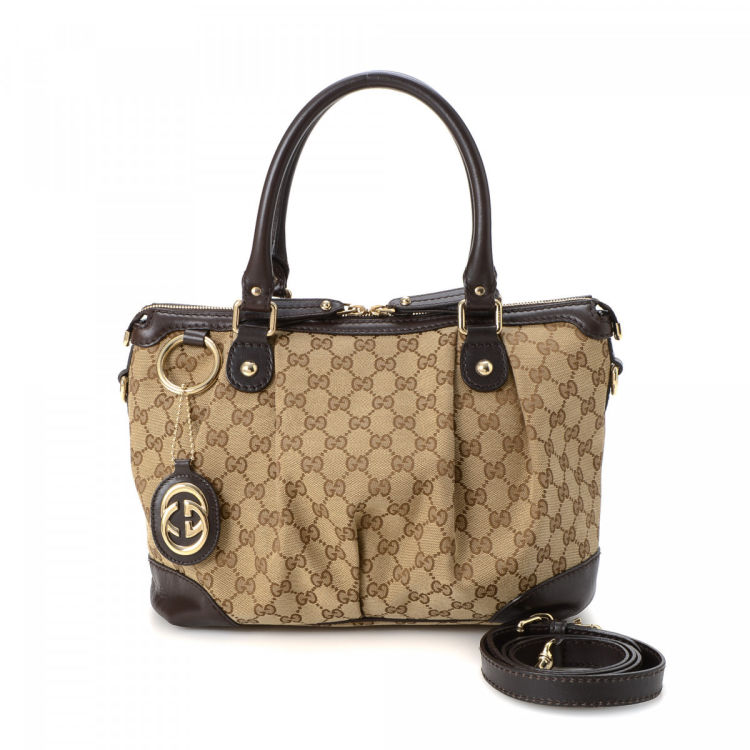 934d13a7119e The authenticity of this vintage Gucci Sukey handbag is guaranteed by  LXRandCo. This sophisticated purse was crafted in gg canvas in beautiful  beige.