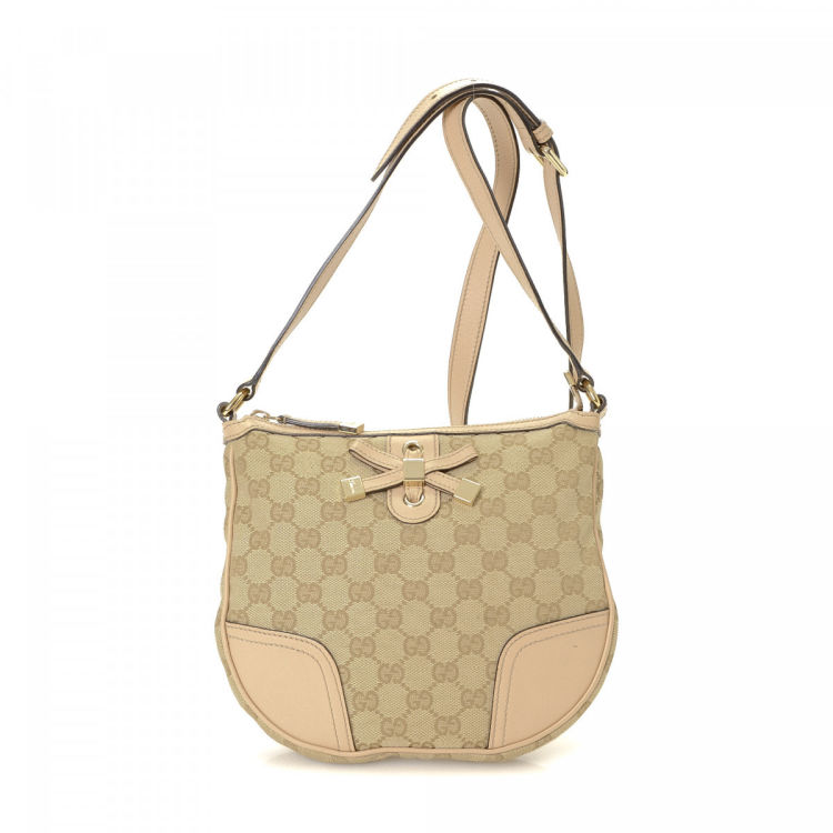 158161be8db The authenticity of this vintage Gucci shoulder bag is guaranteed by  LXRandCo. This signature purse in beautiful beige is made in gg canvas.