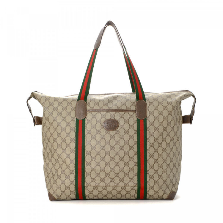 2f6f95d7874 The authenticity of this vintage Gucci travel bag is guaranteed by LXRandCo.  This refined weekend bag was crafted in gg supreme coated canvas in beige.